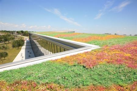 Se buscaba reducir el consumo en climatización y aumentar la estética del edificio. La solución propuesta de cubierta ecológica extensiva, actúa como aislante térmico, al tiempo que proporciona un paisaje colorido natural, con el mínimo mantenimiento.
